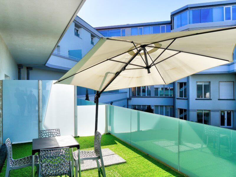 terrazza fronte piscina
