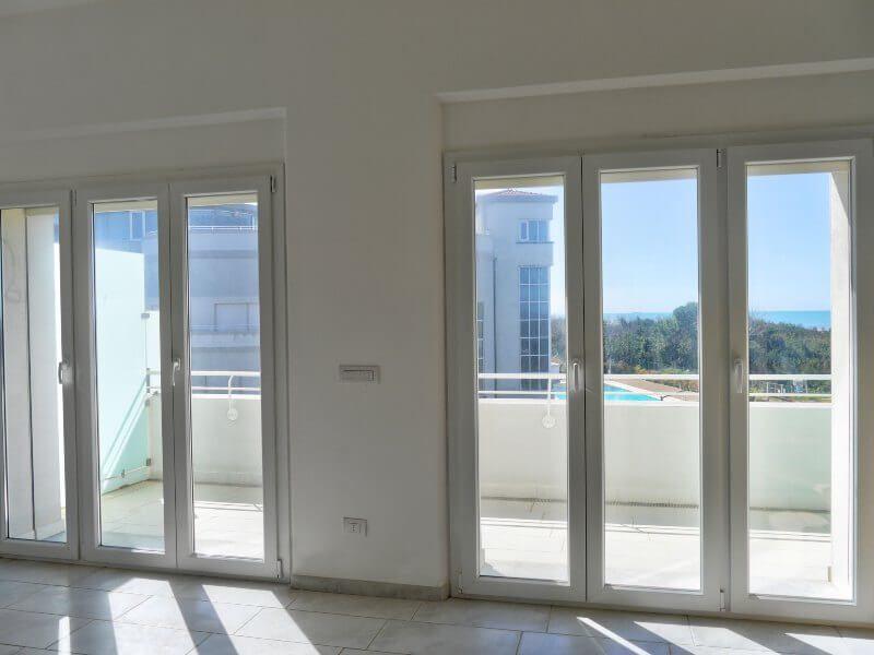 appartamento con vista piscina e mare